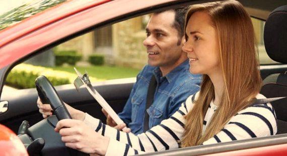 Comment conduire une voiture manuelle comme un pro